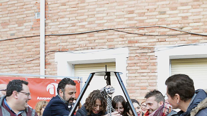 El alcalde de Azuqueca poniendo la primera piedra