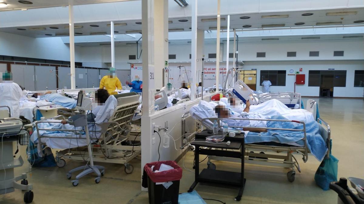 Pacientes de COVID aguardan en el gimnasio de La Paz a ser ingresados