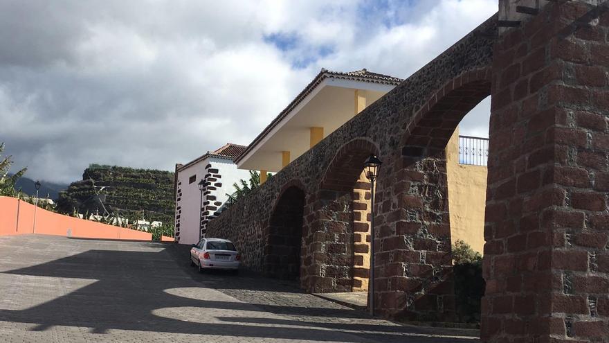 Calle Pérez Galdós, en cuyo entorno se localizan los antiguos lavaderos municipales, da acceso al barrio histórico del Charco.