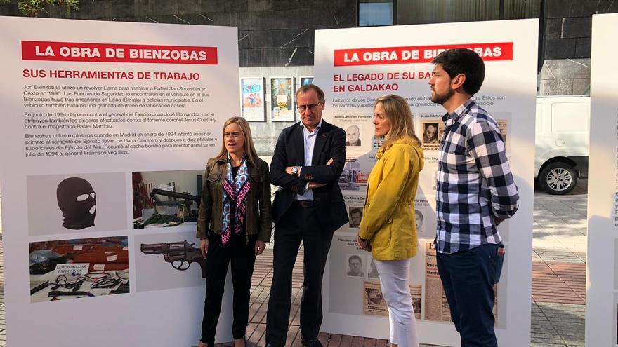 Alfonso Alonso, Amaya Fernández, y Raquel González frente a los paneles en contra de la exposición de Bienzobas