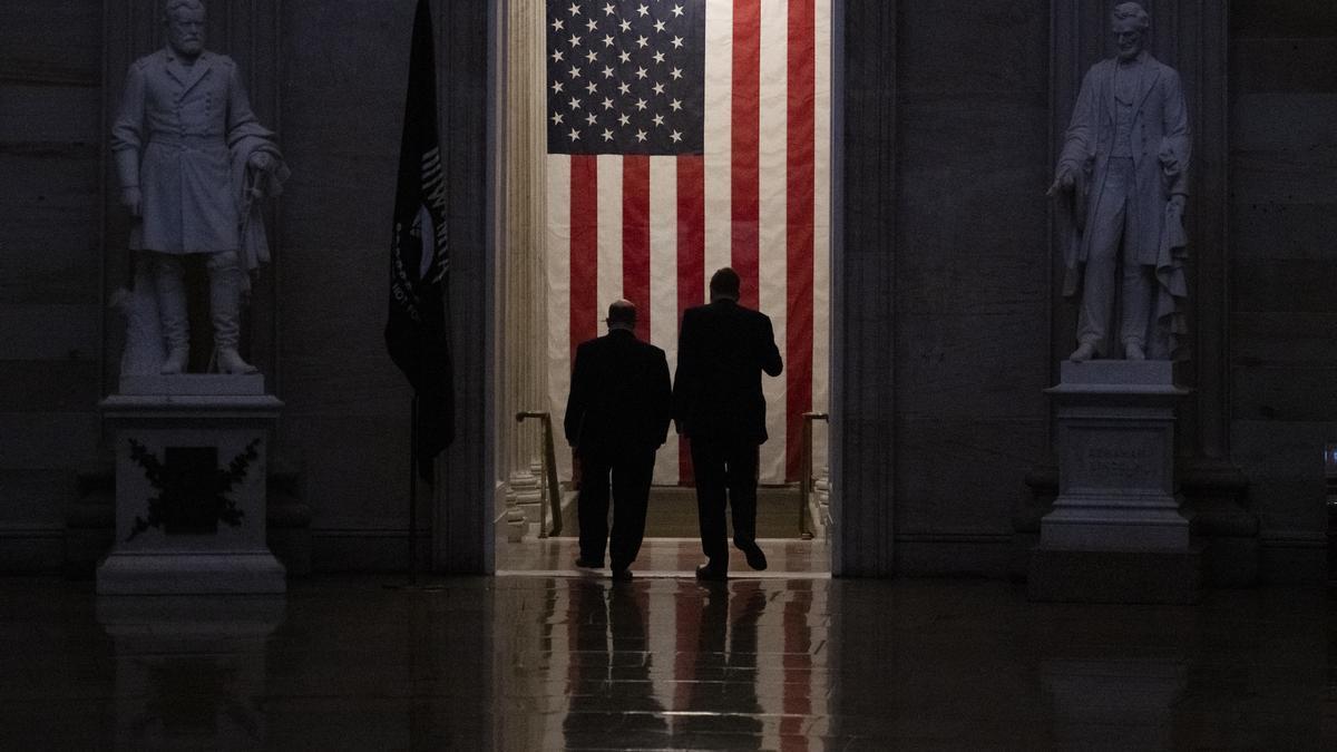 Los senadores demócratas Chris Coons y Mark Warner, durante una de las sesiones del 'impeachment'.