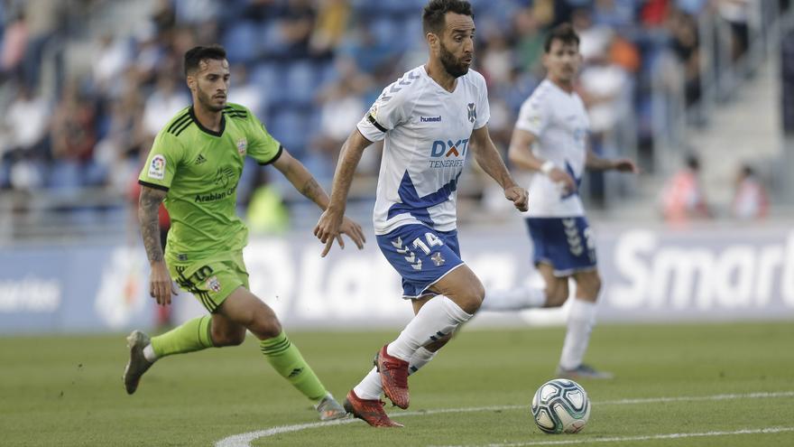 Carlos Ruiz conduce el balón en el Tenerife-Almería de este sábado.