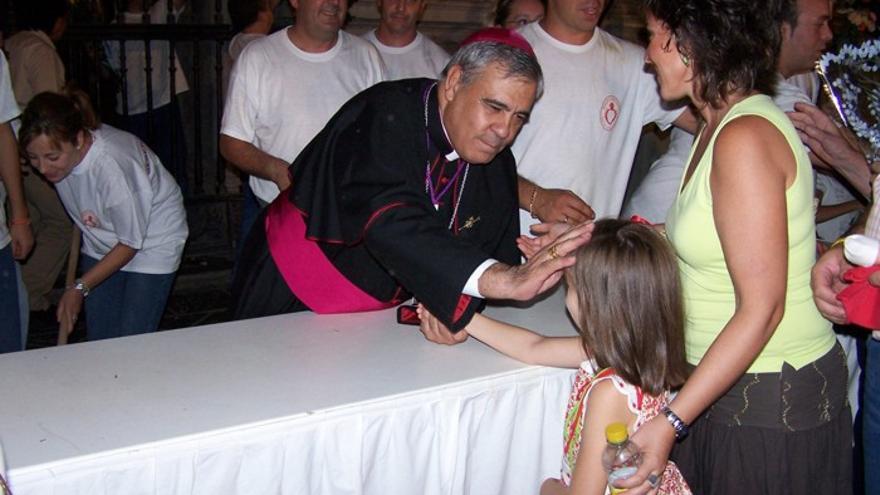 Monseñor Martínez en una ofrenda floral a la Virgen de las Angustias/Foto: Web del Arzobispado