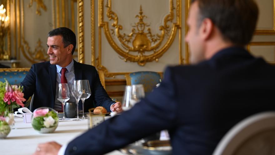 El presidente del Gobierno, Pedro Sánchez (i) y el presidente de la República Francesa, Emmanuel Macron (d), en el Palacio del Elíseo durante un almuerzo. En el Palacio del Elíseo, París (Francia), a 15 de julio de 2020.