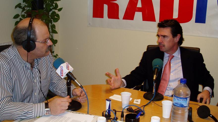Eduardo Luis Garoz en los estudios de Radio Cibelio entrevistando a José Manuel Soria (Archivo)
