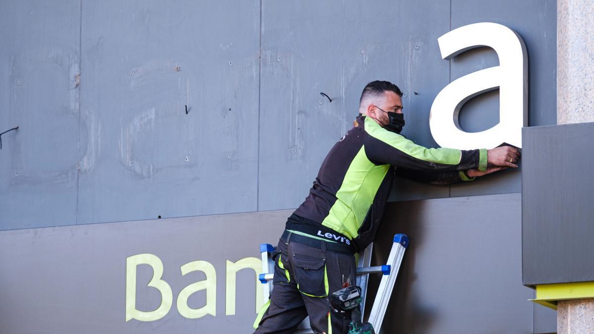 Los operarios desmontan el rótulo de Bankia de Bankia en Logroño. EFE/Abel Alonso/Archivo