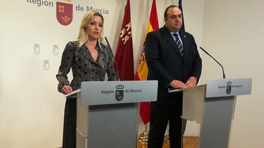 La portavoz del Gobierno regional, Ana Martínez Vidal, junto al presidente de la Cámara de Comercio de Lorca, Juan Francisco Gómez