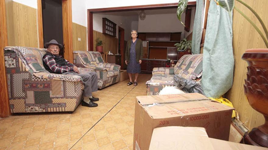 Sinforiano Lemes y Pilar Callero, en la casa en la que han vivido en el último medio siglo
