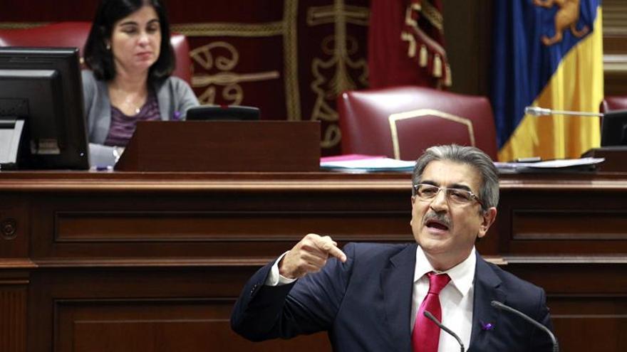 El portavoz de Nueva Canarias, Román Rodríguez (d), durante una de sus intervenciones en el debate sobre la enmienda a la totalidad de la Ley de presupuestos del Gobierno de Canarias para 2016