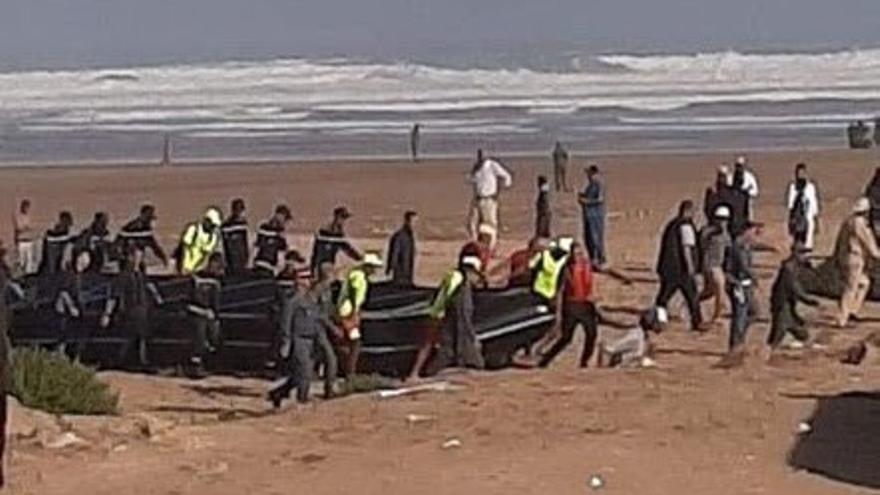 El Ministerio del Interior informó en un comunicado de que viajaban 30 personas, mientras las ONG elevan a 60 los pasajeros.