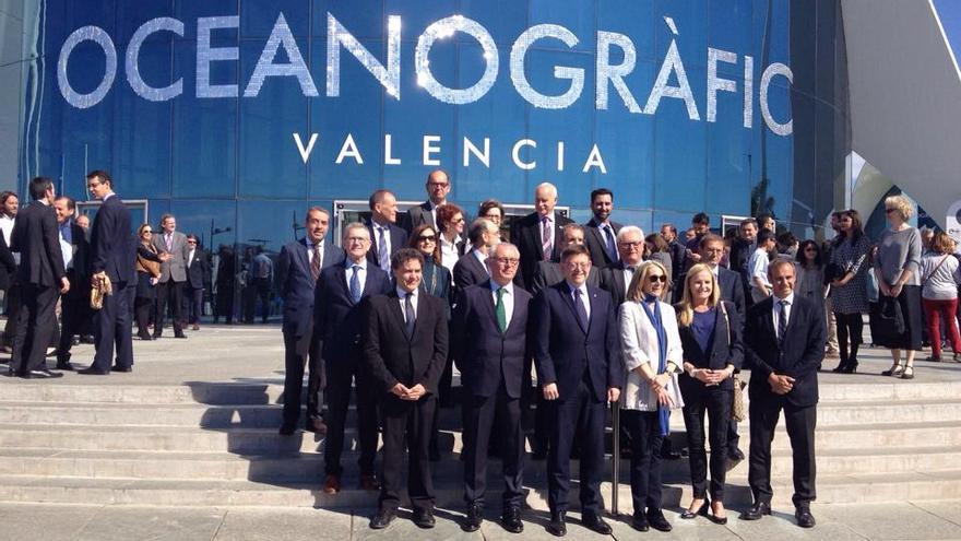El presidente de la Generalitat, Ximo Puig (en el centro de la imagen), en el Oceanogràfic