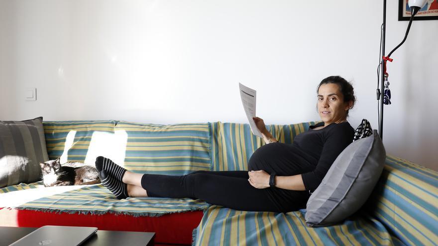 Paula Guisande, embarazada de 41 semanas, repasando los apuntes de la oposición