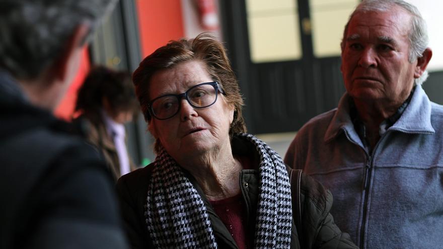 Concha conversa con el director general de Memoria de la Junta, Javier Giráldez.   JUAN MIGUEL BAQUERO