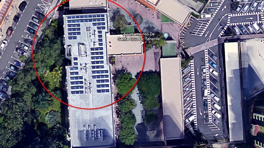 Cubierta con los paneles fotovoltaicos, en el edificio de las oficinas municipales de Ofra