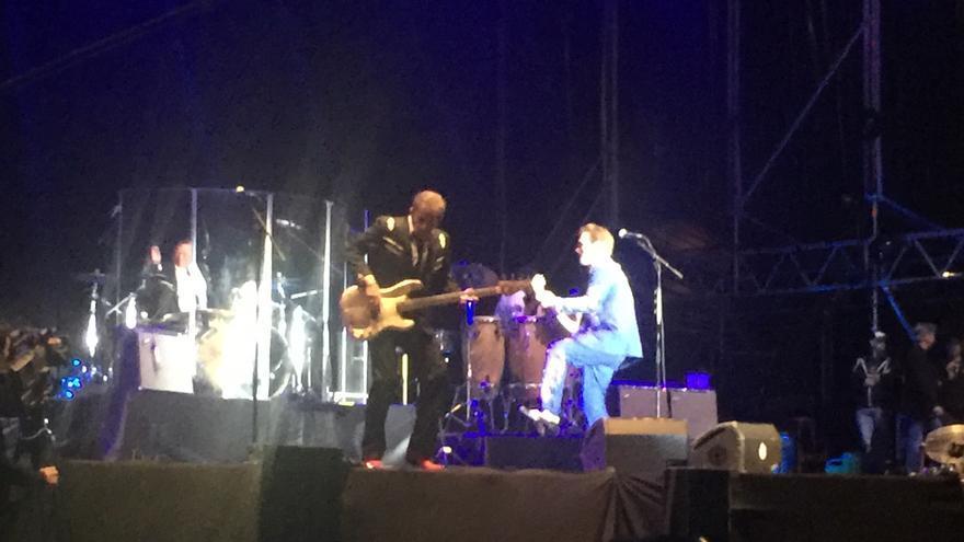 Isaak, disfrutando con su banda en el Azkena Rock Festival.