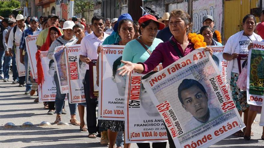 Los padres de los 43 los desaparecidos de Ayotzinapa despiden a los investigadores con flores