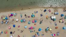 """La 'nueva normalidad' es tomar el sol en la playa y que una voz robótica te advierta desde el cielo: """"Mantenemos la distancia"""""""