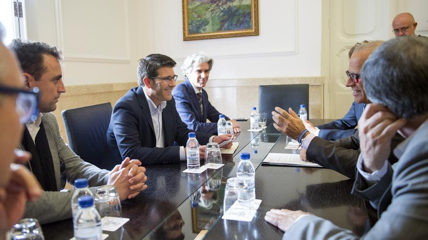 Imagen del encuentro en la Diputación de los representantes industriales con Jorge Rodríguez