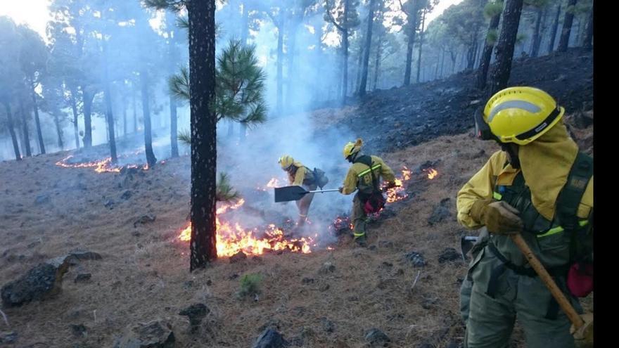 Miembros de la Brigada de Refuerzos contra Incendios Forestales (BRIF) estabilizando el fuego forestal de La Palma. Foto: @ATBRIF.