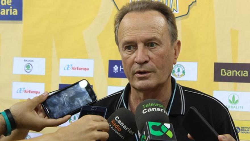 El entrenador del Herbalife Gran Canaria, Aíto García Reneses, atendiendo a los medios de comunicación. (Twitter oficial Herbalife Gran Canarua).