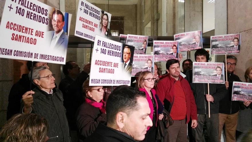 La plataforma de víctimas de Angrois, este jueves ante el Ministerio de Fomento