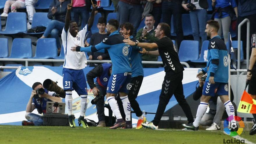 Amath celebra uno de los goles del CD Tenerife ante el Elche.