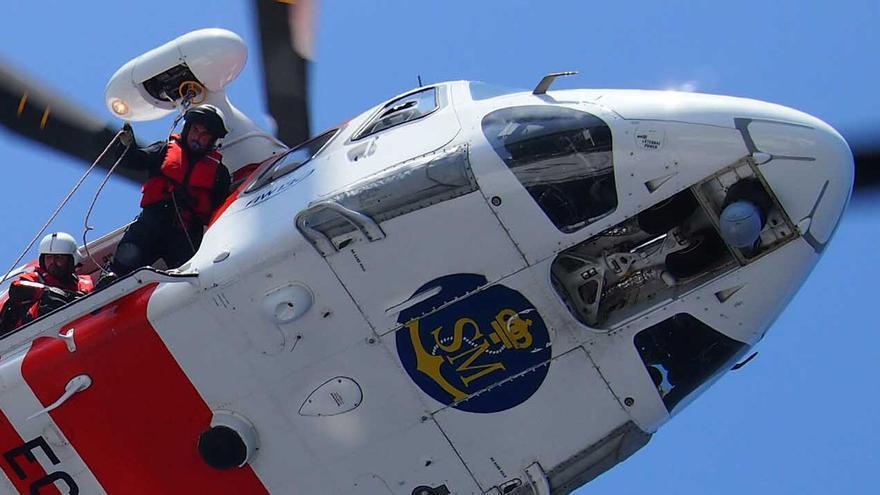 Un trabajador de Salvamento Marítimo ejecuta el rescate en el Mar de Alborán.