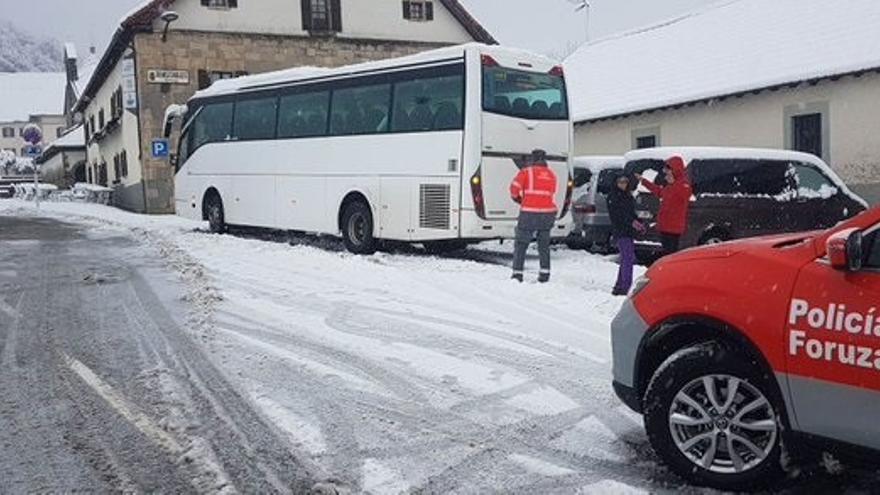 El Gobierno recomienda precaución en la carretera por nieve en el Pirineo y lluvias en la vertiente cantábrica
