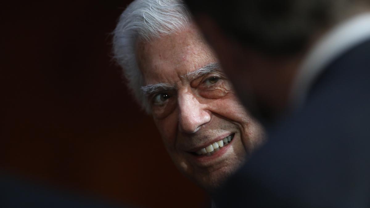 """El escritor peruano Mario Vargas Llosa habla hoy, lunes durante la presentación de su serie """"Mario Vargas Llosa una vida en Palabras"""", en la capital mexicana. EFE/Sáshenka Gutiérrez"""