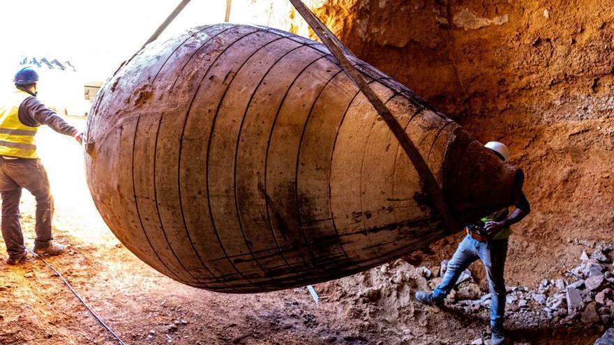 Encuentran  y recuperan ocho grandes tinajas de barro cocido de una bodega centenaria en una cueva en Tomelloso