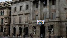 El Ayuntamiento de Barcelona cuelga una pancarta de ánimo ante el coronavirus