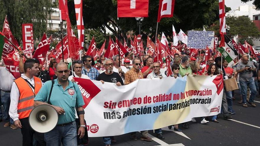 Manifestación convocada por los sindicatos UGT y CCOO en la capital grancanaria, con motivo del Primero de Mayo. EFE/Ángel Medina