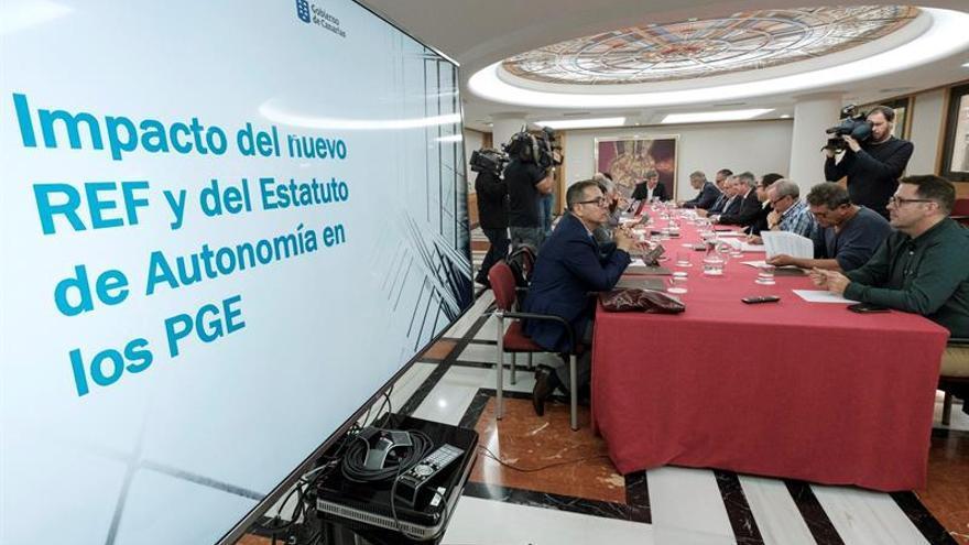 El presidente de Canarias, Fernando Clavijo, se reunió con su Consejo Asesor, donde analizó con los sindicatos y patronales de las islas los presupuestos generales del Estado. EFE/Ángel Medina G.