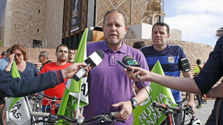 José Eduardo Ramírez, en la 'marcha bici-denuncia' de Nueva Canarias (NC) en Las Palmas de Gran Canaria. (ALEJANDRO RAMOS)