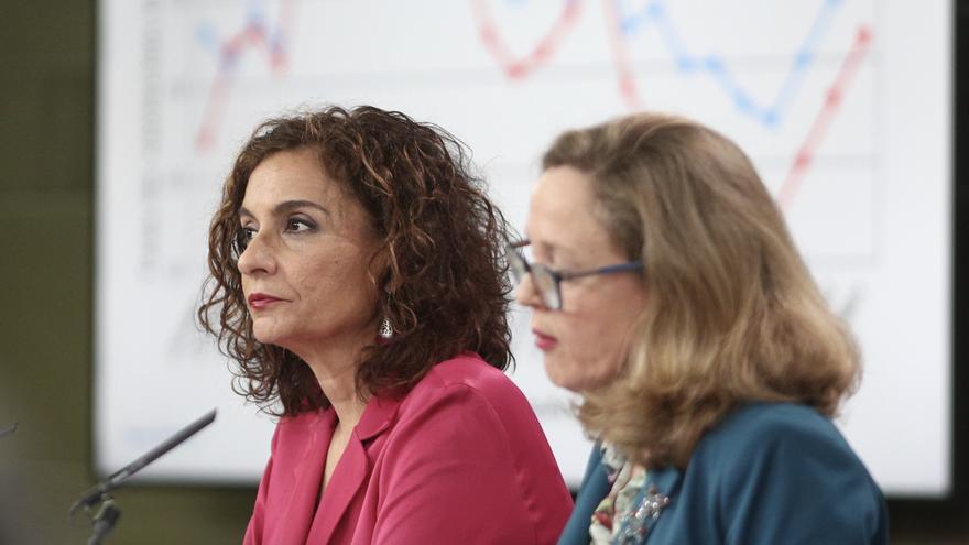 La ministra de Hacienda, María Jesús Montero, y la vicepresidenta de Asuntos Económicos, Nadia Calviño