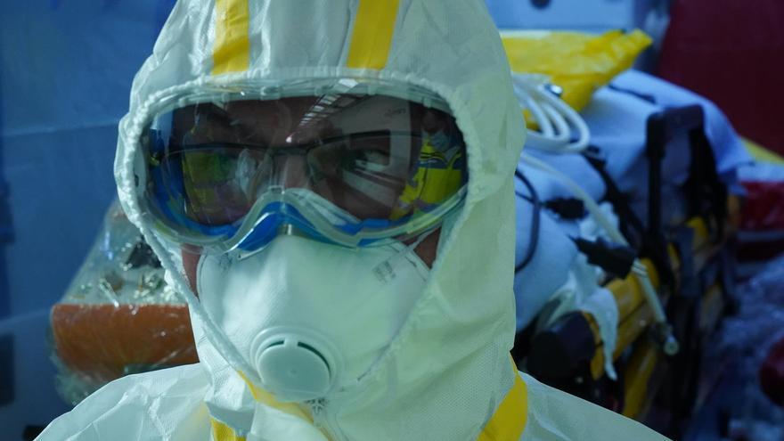 Trabajador sanitario con traje de protección individual y mascarilla FOTO: Ministerio de Transporte, Movilidad y Agenda Urbana