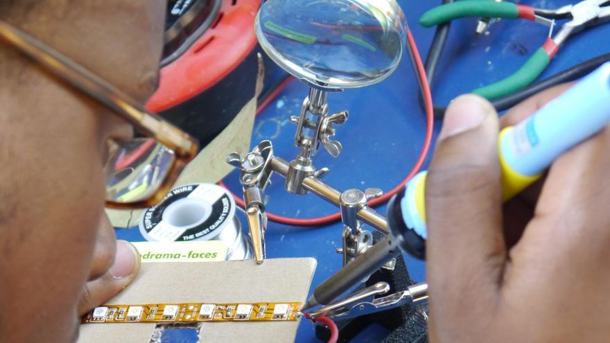 Trabajo durante taller de creación digital en el Medialab Ker Thiossane de Dakar, Senegal Foto: Ker Thiossane