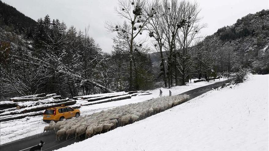 La nieve en cotas bajas y el viento mantienen en alerta a dieciséis provincias