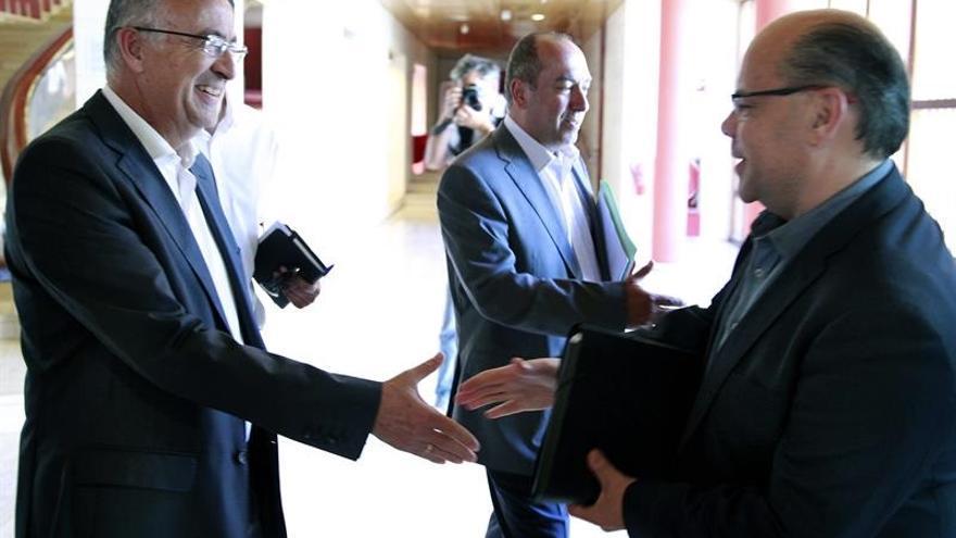 Francisco Hernández Spínola (i), del PSOE, saluda a José Miguel Barragán (d), de Coalición Canaria, antes de comenzar la segunda reunión de las comisiones negociadoras del PSOE y CC para intentar alcanzar un acuerdo de gobernabilidad tanto para las corporaciones insulares y municipales como para el Gobierno de Canarias. EFE/Cristóbal García.
