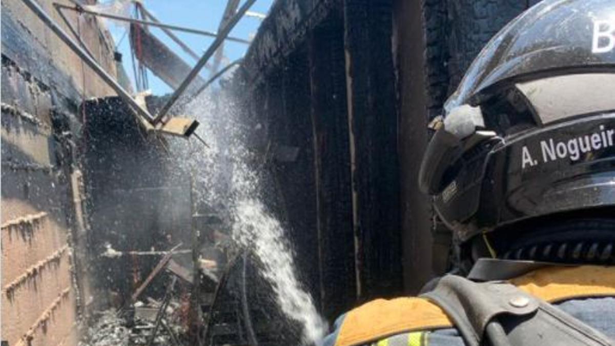 Los bomberos lograron apagar las llamas y rescatar a la mujer afectada por el incendio