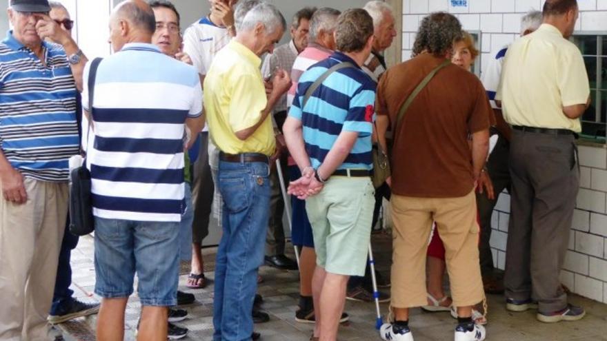 Aficionados en las taquillas del estadio Heliodoro Rodríguez López