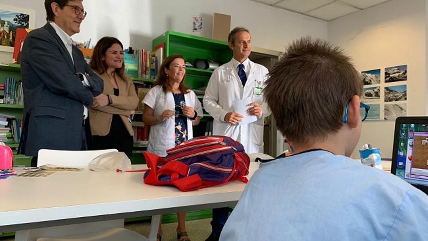 El consejero de Salud, Manuel Villegas y la consejera de Educación y Cultura, Esperanza Moreno vistan las aulas hospitalarias del Hospital Reina Sofía