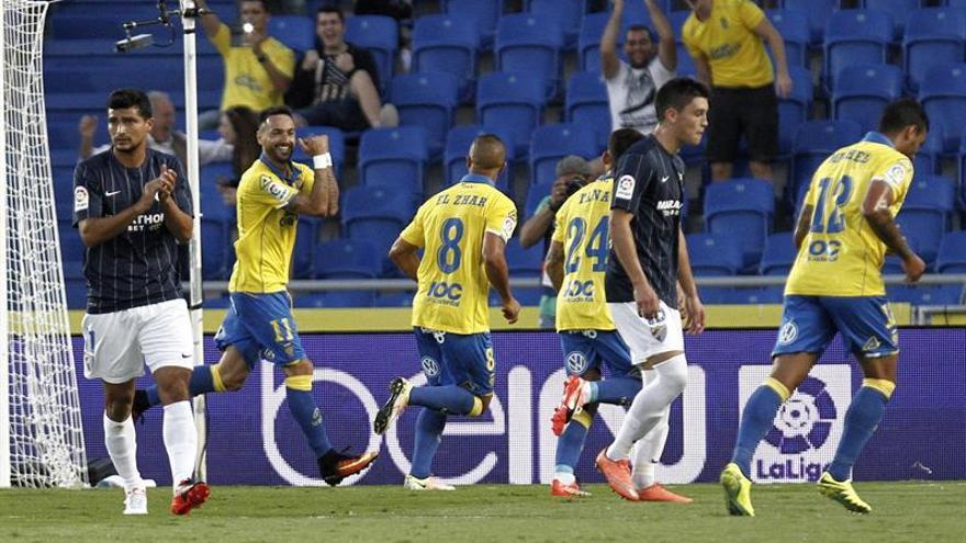 El delantero de la U.D. Las Palmas Momo (2i) celebra su gol, primero del equipo frente al Málaga CF, durante el partido, perteneciente a la cuarta jornada de la Liga Santander, que ambos equipos han disputado en el estadio de Gran Canaria. EFE/Ángel Medina G.