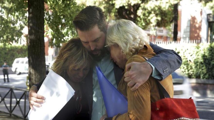 Abrazo entre José Miguel Cedillo, su madre Dolores García y Concepción García, viuda de otro de los policías asesinados