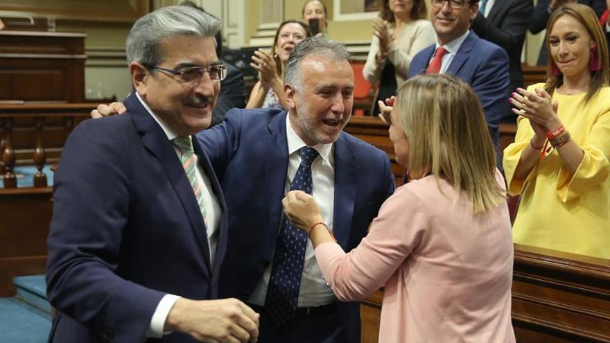 Román Rodríguez y Ángel Víctor Torres, en la investidura de este último como nuevo presidente del Gobierno de Canarias