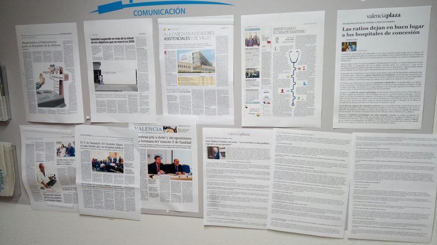 Numerosas noticias negativas para la conselleria de Sanidad y en defensa de las concesiones sanitarias cuelgan en el panel de anuncios del hospital de La Ribera