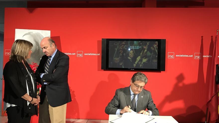 Millo firma el libro de condolencias de Chacón en la sede del PSC