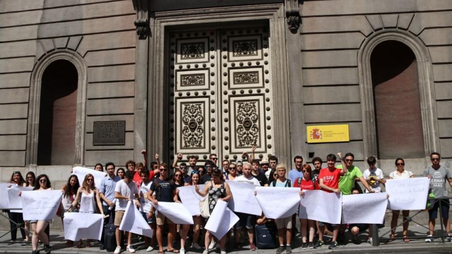 Alumnos protestando frente a la sede del Ministerio de Educación. Foto: Consejo Alumnos US, @twitCADUS