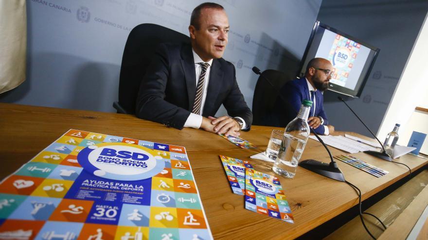 El alcalde de Las Palmas de Gran Canaria, Augusto Hidalgo, y el concejal de Deportes, Aridany Romero, presentan el bono social deportivo.