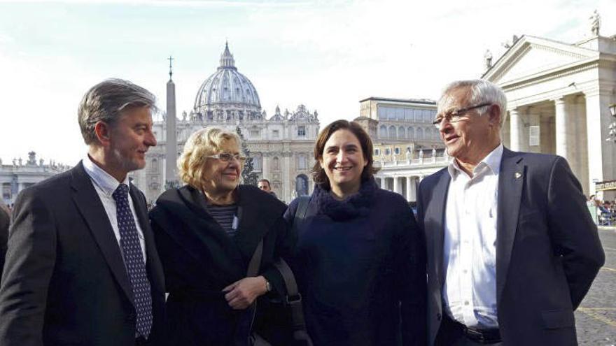Pedro Santisteve, Joan Ribó, Manuela Carmena y Ada Colau, en la plaza de San Pedro de El Vaticano
